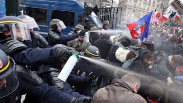 Des CRS ont recours aux gaz lacrymogènes, place de l'Etoile, près des Champs-Elysées, le 24 mars 2013