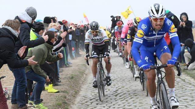 Le Belge Philippe Gilbert, en tête d'un groupe d'échappés, en compagnie du Slovaque Peter Sagan (g), lors de la 117e édition de Paris-Roubaix, le 14 avril 2019