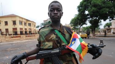 Un enfant-soldat pose le 25 mars 2013 devant le palais présidentiel centrafricain, à Bangui.