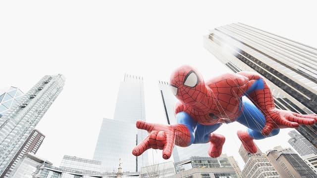 L'ombre de l'homme-araignée plane sur New-York, le 21 novembre 2014 lors de la parade Macy's de Thanksgiving.