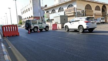 La police saoudienne barrant une route à Jeddah après l'attaque dans le cimetière non-musulman
