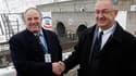 Vingt ans après, l'Anglais Graham Fagg (à gauche) et le Français Philippe Cozette se sont retrouvés mercredi à l'entrée du tunnel sous la Manche à Coquelles, dans le Pas-de-Calais: le 1er décembre 1990, les deux ingénieurs s'étaient serré la main à plusie