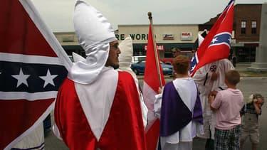 Des membres du KKK défilent à l'occasion du 188e anniversaire de la naissance de Nathan Bedford Forrest, un général confédéré de la Guerre de Sécession.
