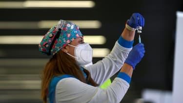 Une soignante prépare une dose du vaccin contre le Covid-19 d'AstraZeneca, à Madrid (Espagne) le 25 février 2021.