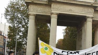 Des gens avec une bannière, le 26 octobre 2016 à Toulouse, lors d'un rassemblement pour rendre hommage au jeune militant écologiste mort il y a deux ans après des affrontements avec les forces de sécurité sur le site du barrage de la Sivens.