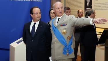 Le général Jean-Louis Georgelin, grand chancelier de la Légion d'honneur avec le président de la République à Paris le 13 juillet 2013.