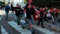 Manifestants tentant de gagner les bureaux du Premier ministre à Tunis. Alors que la foule continue de demander le départ du gouvernement de transition en raison de la trop grande proximité de certains de ses membres avec le régime déchu, le chef d'état-m