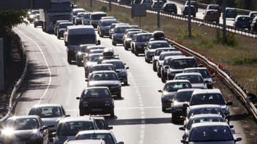 La circulation est dense ce samedi sur les routes des vacances en raison du grand chassé-croisé de l'hiver, avec une journée classée orange au niveau national et noire en vallée du Rhône dans le sens des départs. /Photo d'archives/REUTERS/Régis Duvignau