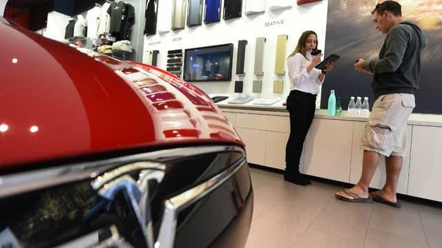 Une Tesla Model 3 dans un store de la marque. Ce sont les difficultés de production de cette voiture qu'a tenté d'expliquer Elon Musk à la télévision américaine.