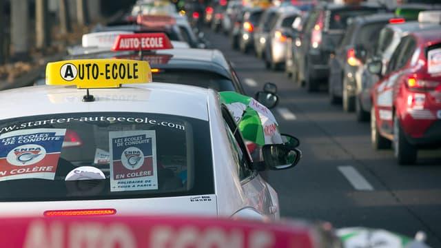 De nombreuses auto-écoles ralentissent le trafic routier lundi, comme ici le 6 février, en région parisienne.