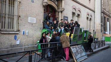 Plusieurs dizaines d'établissements sont toujours bloqués ce mardi en France