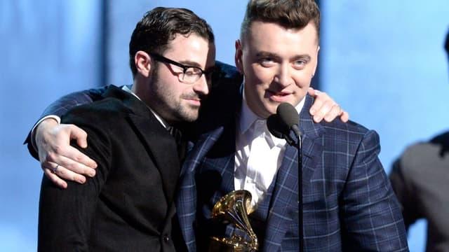 """Le chanteur Sam Smith et son producteur, Jimmy Napes, après avoir reçu le Grammy de la chanson de l'année pour la ballade """"Stay With Me"""" ."""