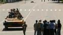 Soldats dans les rues de Osh, au Kirghizistan. Les autorités vont dépêcher des réservistes ainsi que des volontaires pour rétablir le calme dans le sud du pays où les affrontements ethniques qui durent depuis trois jours ont fait 80 morts. /Photo prise le