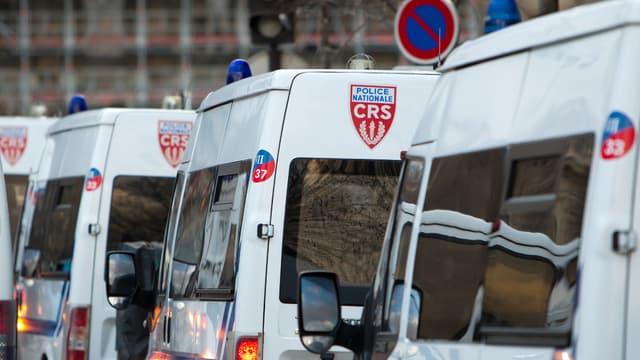 Des véhicules de CRS stationnés.