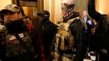 Des manifestants tentent d'entrer dans le Capitole de Lansing, siège de l'Assemblée de l'Etat du Michigan, pour exiger la fin du confinement décrété pour lutter contre la propagation du coronavirus, le 30 avril 2020