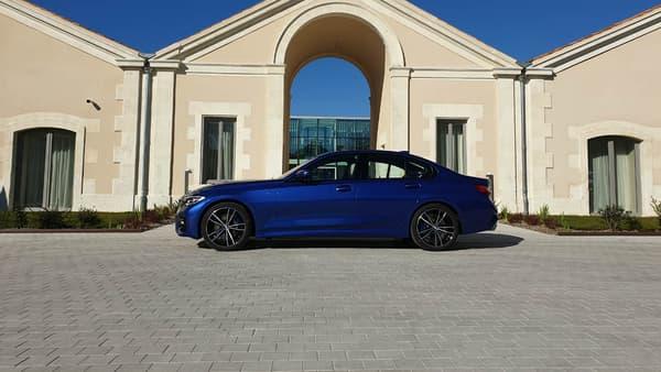 BMW a voulu donner plus de place aux passagers arrière. la nouvelle Série 3 a donc légèrement grandi (+8cm). Elle mesure désormais 4,7 mètres.