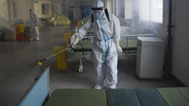 Désinfection d'une chambre d'hôpital accueillant des personnes malades du Covid-19 à Wuhan (Chine) le 19 mars 2020
