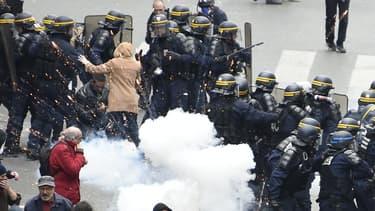 Policiers et manifestants lors de la manifestation contre la loi Travail à Paris, jeudi 28 avril 2016.
