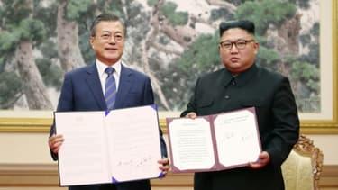 Les leaders sud-coréen Moon Jae-in (gauche) et nord-coréen Kim Jong Un à Pyongyang le 19 septembre 2018