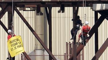 Des gendarmes français arrêtent les activistes de Greenpeace à Tricastin le 15 juillet 2013.