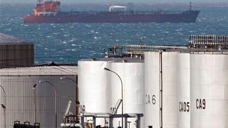 Les terminaux pétroliers de Fos-Lavera, dans les Bouches-du-Rhône, sont toujours bloqués lundi par une grève des salariés qui s'opposent à la réforme portuaire. Une réunion est programmée dans la matinée entre la direction et la CGT. /Photo d'archives/REU