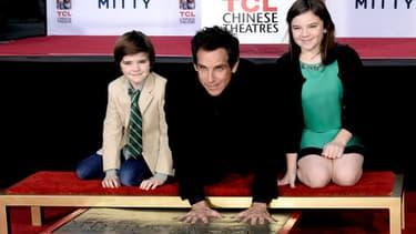 L'acteur américain Ben Stiller laisse ses empreintes dans le ciment hollywoodien, le 3 décembre 2013 à Los Angeles
