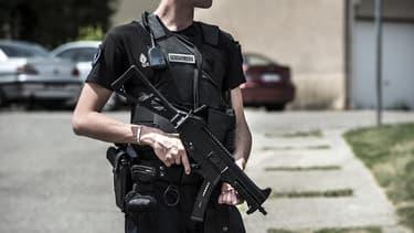 Un gendarme sécurisant les lieux du drame en Isère, vendredi.