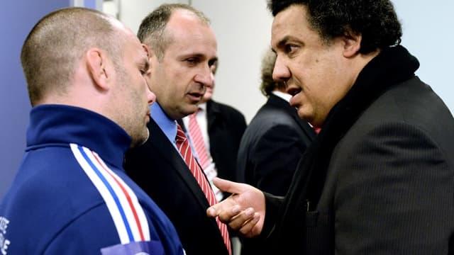 Serge Blanco en discussion avec Philippe Saint-André et Yannick Bru