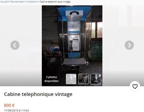Une ancienne cabine téléphonique.