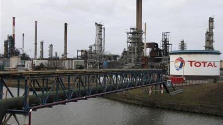 Les salariés de la raffinerie Total de Dunkerque ont repris lundi après-midi les opérations de purge de gaz des installations, les syndicats n'ayant pas réussi à se mettre d'accord sur la poursuite de l'arrêt du travail. /Photo d'archives/REUTERS/Pascal R