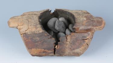 Un brûleur d'encens en bois et des pierres utilisées pour brûler le cannabis.