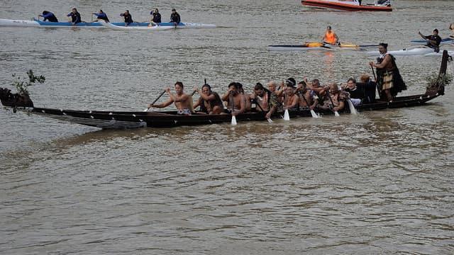 Pirogue sur le fleuve Whanganui, en 2015 lors de la visite du prince Harry.