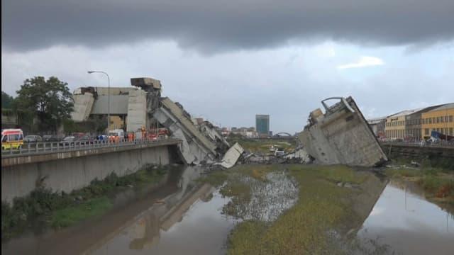 Le pont s'est effondré dans une rivière à l'ouest de Gênes.
