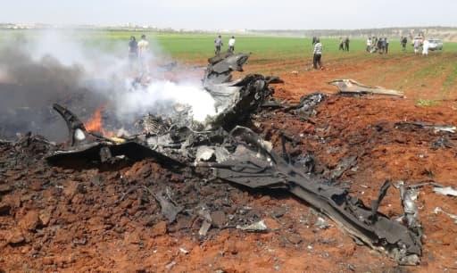 Débris d'un avion abattu, une attaque revendiquée par un groupe rebelle allié à Al-Qaïda au dessus de la localité d'al-Eis le 5 avril 2016, dans le nord de la Syrie, une opération auparavant attribué aux jihadistes du Front al-Nosra