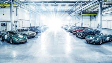 28 modèles emblématiques d'Aston Martin réunis dans le même hangar, au Pays de Galles.
