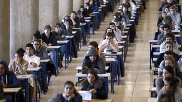 Des étudiants en première année de médecine passent leur examen de fin de premier semestre en décembre 2012 à Marseille.