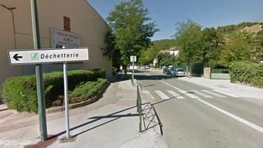 Le panneau de signalisation indiquant la déchetterie de Signes - Google StreetView