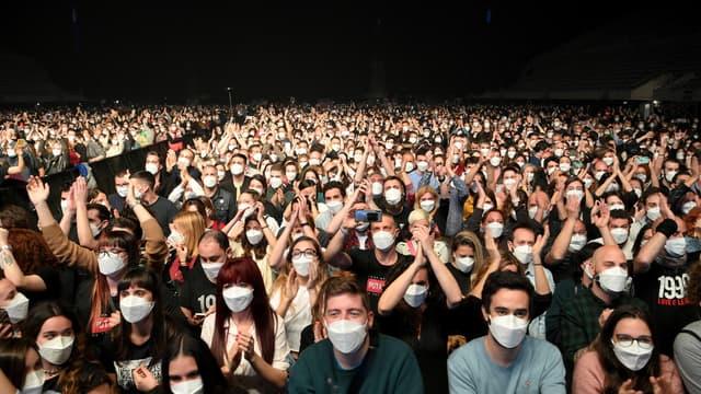 Des spectateurs assistant à un concert expérimental à Barcelone, le 27 mars