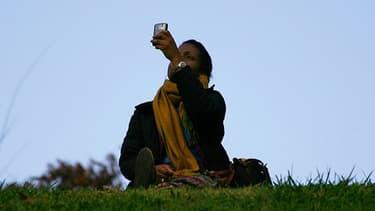 Elaboré par des chercheurs néerlandais, un appareil fixé sur l'objectif de la caméra d'un iPhone permet de mesurer la pollution de l'air.