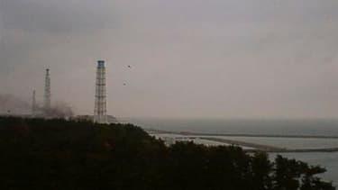 Vue des fumées qui s'échappent de la centrale nucléaire de Fukushima, endommagée par le séisme et le tsunami au Japon. Deux techniciens sont portés disparus après l'explosion survenue mardi sur le réacteur n°4 de la centrale, dont le toit se fissure. /Ima