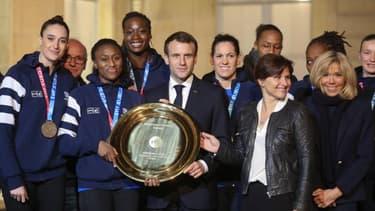 La capitaine de l'équipe Siraba Dembele, à gauche d'Emmanuel et de Brigitte Macron et du reste de l'équipe de France féminine de Handball à l'Elysée ce lundi soir.