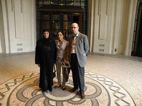 Votre serviteur avec Manoubia et Leïla Bouazizi, mère et soeur de Mohamed Bouazizi, le 1er juillet 2011 à Paris
