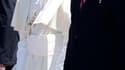 Benoît XVI accueilli à l'aéroport de Santiago de Cuba par le président cubain Raul Castro. Le pape est arrivé lundi à Cuba pour une visite de trois jours, quatorze ans après celle effectuée par son prédécesseur Jean Paul II. /Photo prise le 26 mars 2012/R