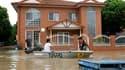 Les inondations ont atteint jeudi leur cote maximum à Brisbane, troisième ville d'Australie, dont les deux millions d'habitants craignaient toutefois que l'eau ne monte encore plus haut. /Photo prise le 13 janvier REUTERS/Mick Tsikas