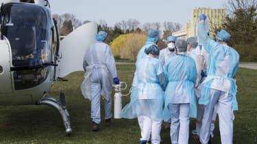 Des soignants en train de transférer un malade de l'hôpital de Mulhouse.