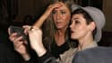 """Jennifer Aniston découvre un selfie, lors de la soirée promotionnelle du film """"Cake""""."""