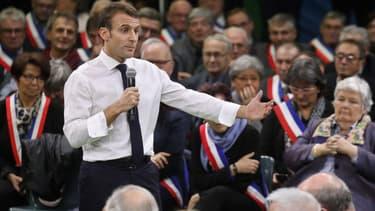 Emmanuel Macron devant des maires, dans le cadre du Grand débat national, le 15 janvier 2019 en Normandie.
