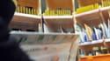 Un postier prépare le courrier dans un centre de tri postal. (Illustration)