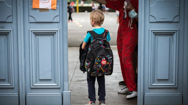 Un enfant à l'entrée d'une école élémentaire toulousaine le 22 juin 2020 (photo d'illustration)