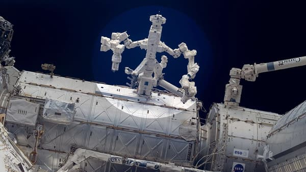 Le double bras robotisé arrimé à l'ISS Dextre.